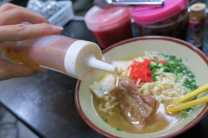 「丸安そば」のスープにはコーレーグスがよく合う