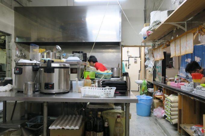 「丸安そば」の外カウンターから眺めるキッチン