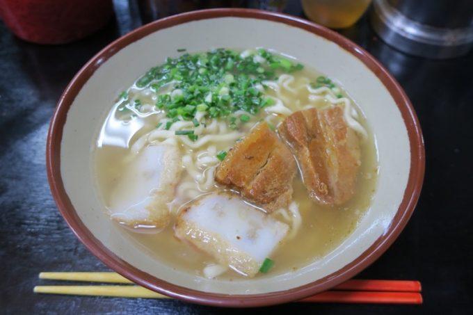 「丸安そば」の沖縄そば(400円)