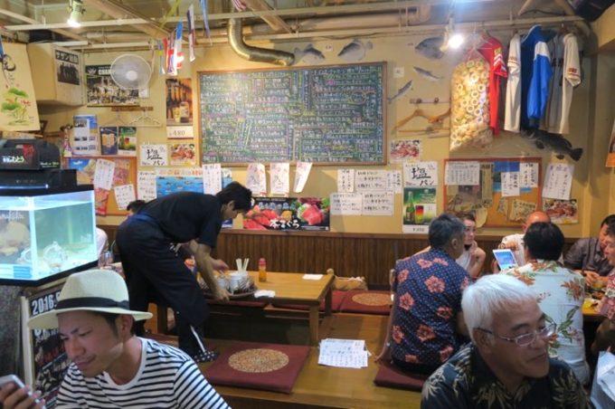 「くいもの市場 夢島(むとう)」の店内。テーブル席と小上がり方面