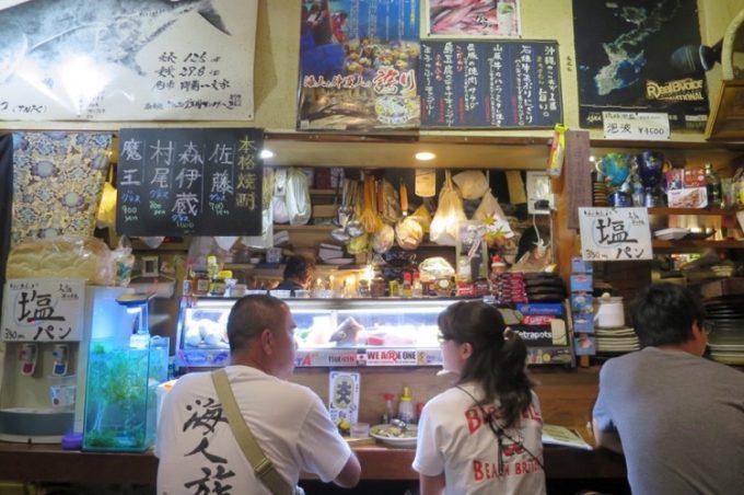 「くいもの市場 夢島(むとう)」の店内、カウンター席と厨房方面