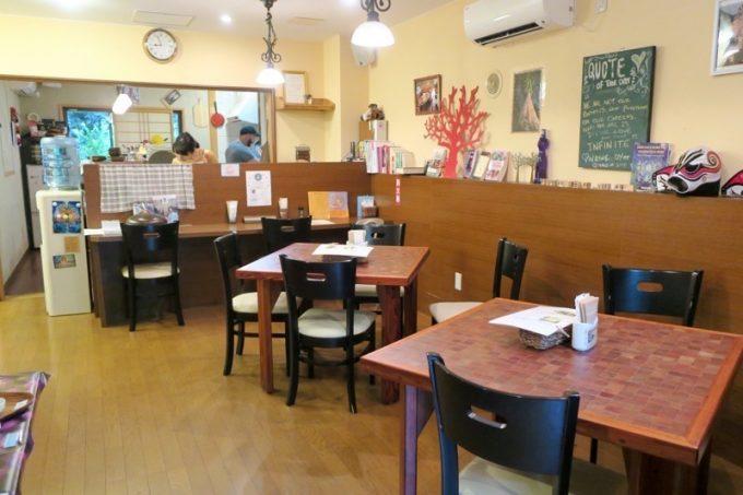 那覇・壺屋「カフェにふぇーら」の店内