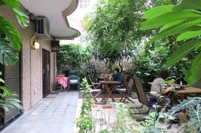 那覇・壺屋「カフェにふぇーら」のテラス席は緑豊かで落ち着く