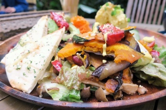 沖縄ビッグビーガンブレックファーストのサラダ。彩り豊かな季節の野菜。