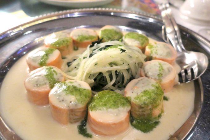 沖縄の結婚式のお料理(サーモンのガトー仕立て)