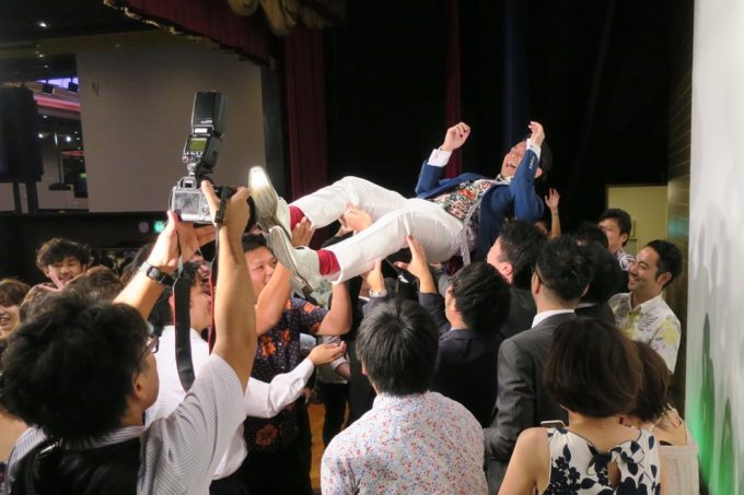 沖縄の結婚式ではカチャーシータイムに胴上げが行われる。