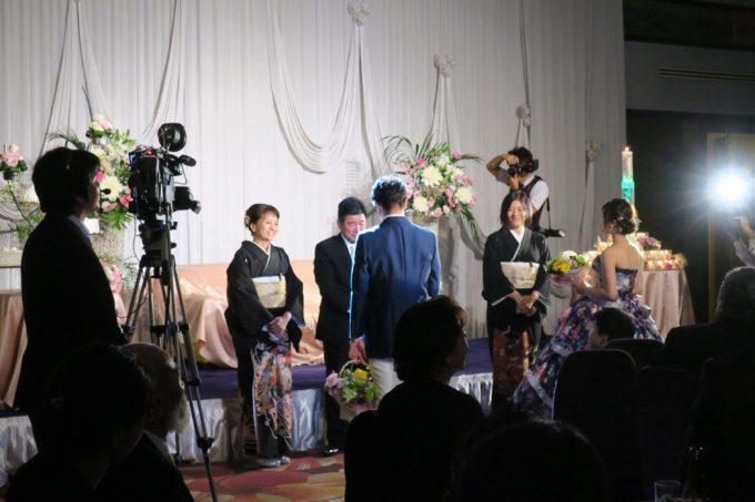 沖縄の結婚式、新郎新婦から両親への挨拶。
