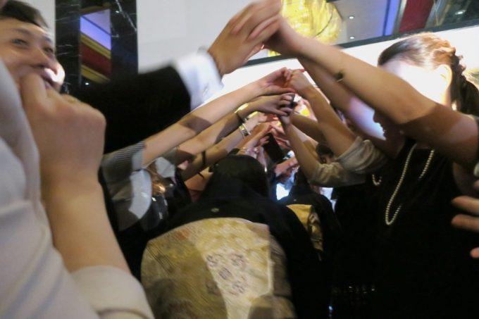 沖縄の結婚式では、退場時に親族もアーチをくぐる。
