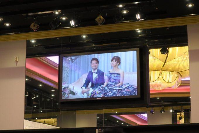 沖縄の結婚式は、会場内のモニターに新郎新婦が映し出される。