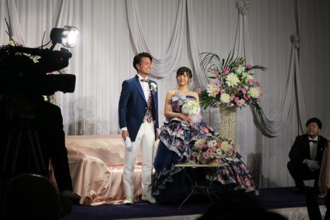 沖縄の結婚式で衣装替えしてきた新郎新婦。