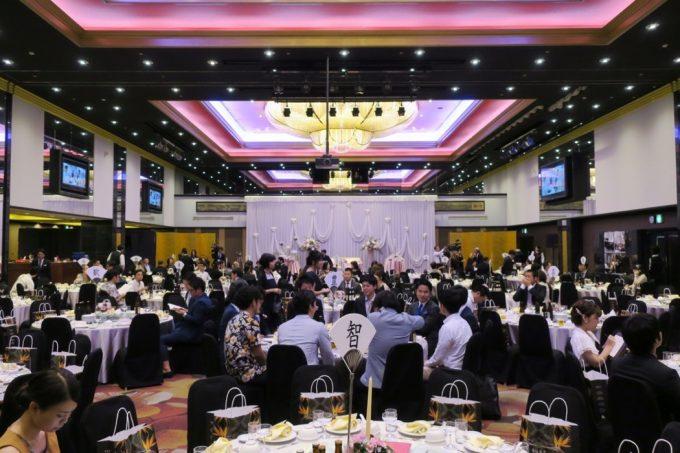 沖縄の結婚式に参加する大勢のお客さん。