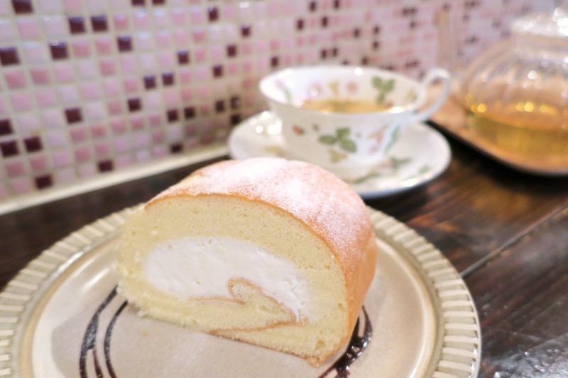 那覇・浮島通り「Cafe プラヌラ」ではケーキと紅茶をセットで注文すると、ケーキが100円offになる