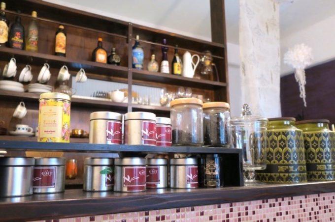 カウンター上に置かれた紅茶缶