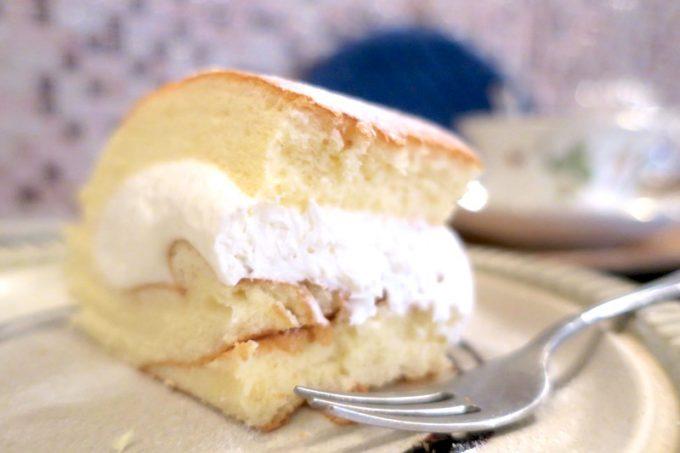 分厚いカットの純生ロールケーキは、たっぷり生クリームと、しっとりスポンジ。