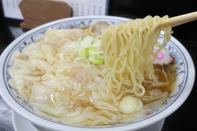 「中華そば 三太」の麺は細縮れ麺で、のびるのが早い