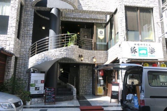 那覇・松山「タベルナアベルラ (TAVERNA AVERLA)」はこの建物の2階にある。
