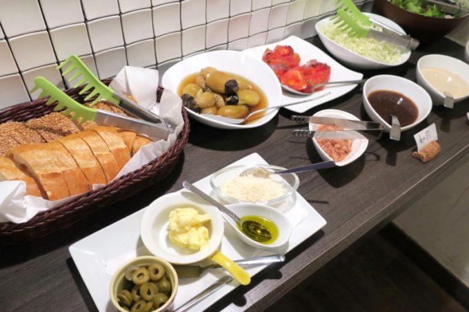 ランチタイムはハーフバイキング。こちらは前菜やサラダ、パンなど。