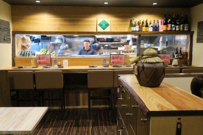 那覇・久茂地「Cozy Dining Life」の店内。カウンター席、小上がり、テーブル席がある