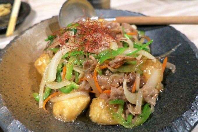 3000円コースのフード3品目、牛肉豆腐炒め