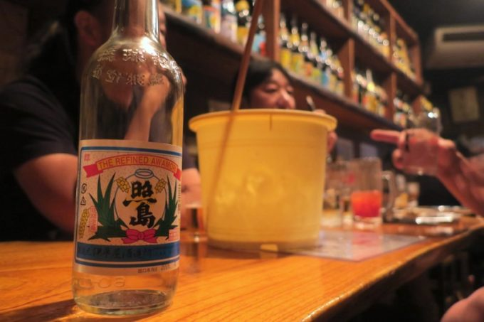 那覇・栄町「串焼き あだん 別館」で照島(泡盛の4合瓶)を注文。