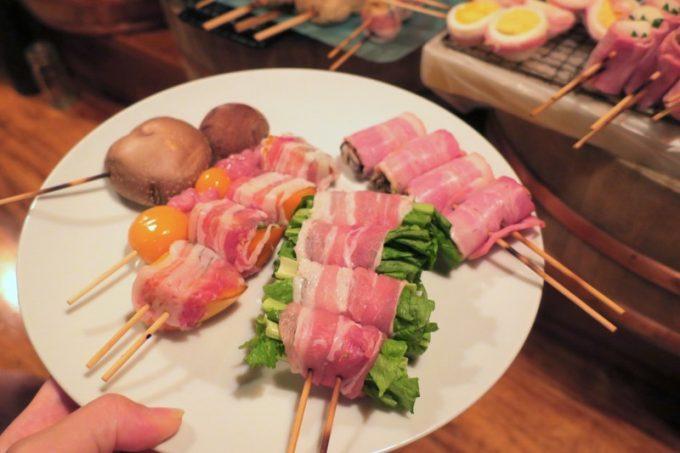 あだんでは好きな串焼きを自分で選び、焼いてもらう
