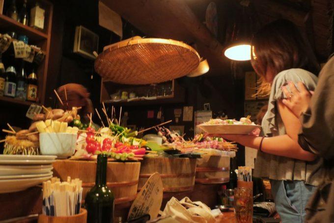 那覇・栄町「串焼き あだん 別館」を訪れる女性客が多いのは、野菜串がヘルシーだから
