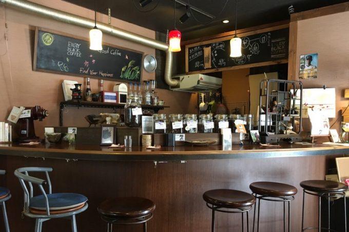 那覇「あぐろ焙煎珈琲店」の店内。カウンター席とテーブル席がある。