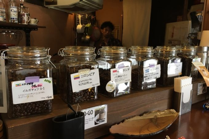 カウンター上にはコーヒー豆が並べられている。