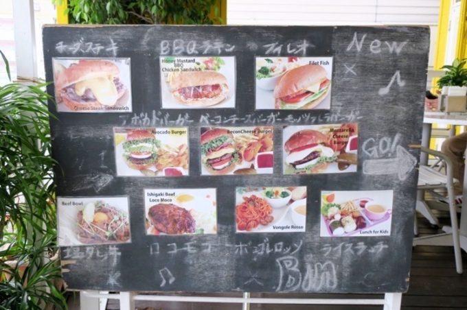 北谷「石垣島キッチンBin(ビン)」のテラス席にあったメニューと写真