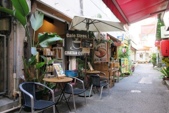 那覇・牧志の路地にある「Cafe Street Chatancoffee(カフェストリート チャタンコーヒー)」の外観