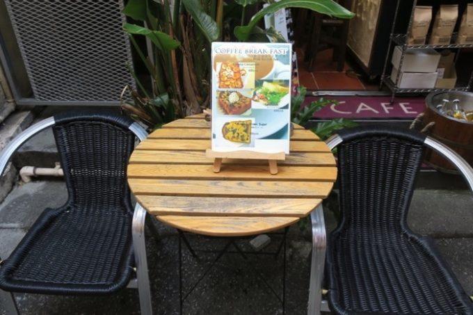 那覇・牧志「Cafe Street Chatancoffee(カフェストリート チャタンコーヒー)」の店作にあるテラス席