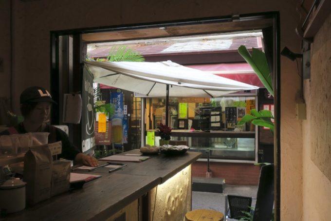 那覇・牧志「Cafe Street Chatancoffee(カフェストリート チャタンコーヒー)」の店内から外を眺める