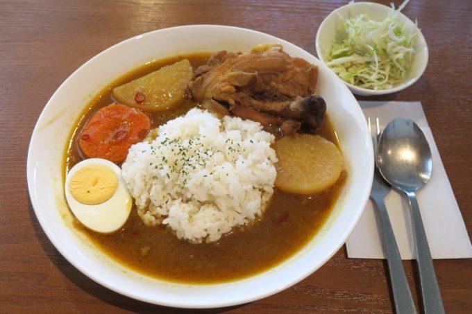 那覇・久茂地「チャイハナ」骨付チキンカレー(900円)