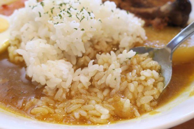 スープ状のカレーにご飯を混ぜていただく