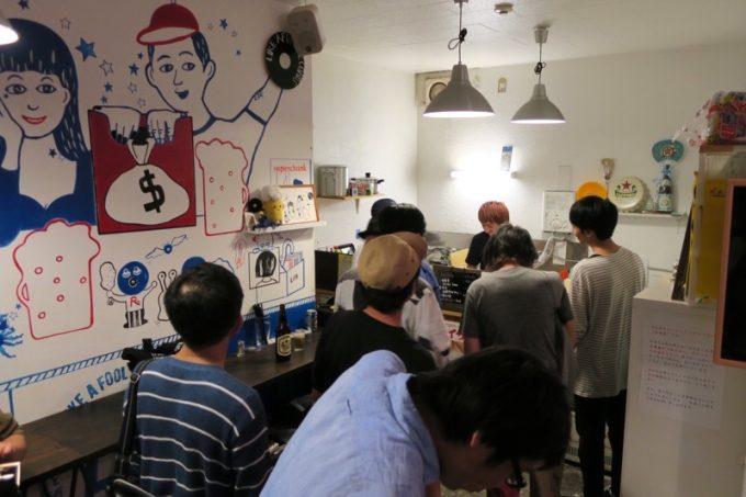 ライブ終わりのミュージシャンたちが集まり、店内が急に混み始めた