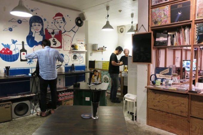 新代田「飲み屋 えるえふる」の店内