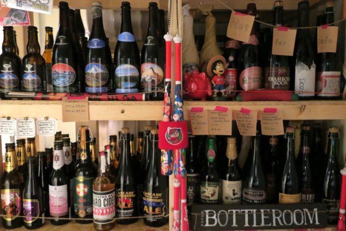 冷蔵庫の中にはカープグッズとボトルビールが並んでいます