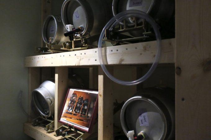 冷蔵庫の奥にはケグ(ビールの樽)が冷やされていました