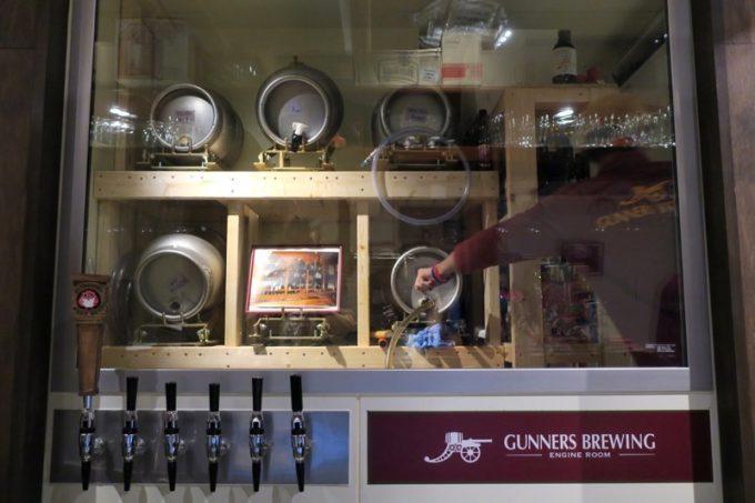 新宿御苑前「Highbury-The Home of Beer-」のタップと冷蔵庫奥のケグ(ビールの樽)