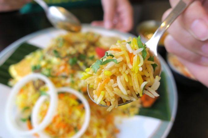 初めて食べる本格的なビリヤニは、見た目もカラフルでウマい!