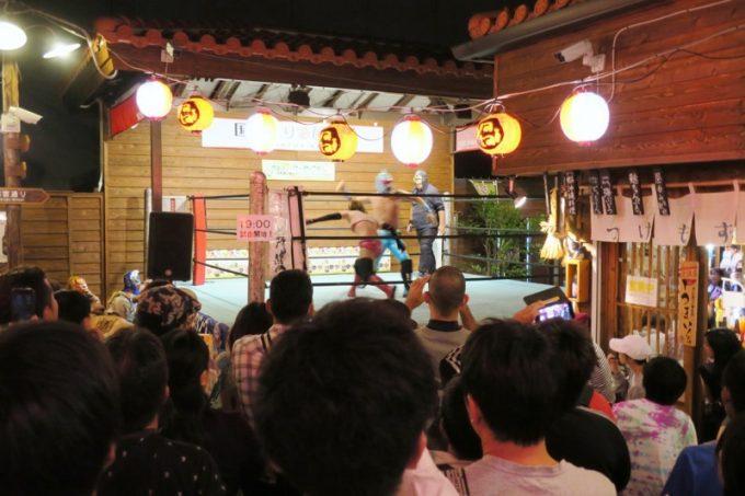 琉球ドラゴンプロレスの試合を見ようと集まる人たち。