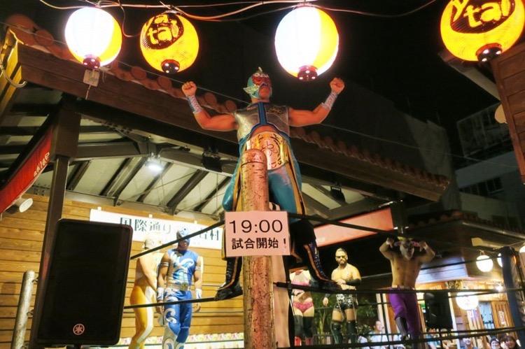 那覇「国際通り屋台村」で行われた琉球ドラゴンプロレスのイベントプロレス。