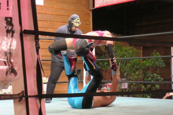琉球ドラゴンプロレスリングのグルクンマスクとハイビスカスみぃ
