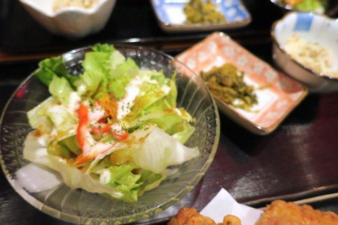 定食は、サラダと小鉢2つがセット。