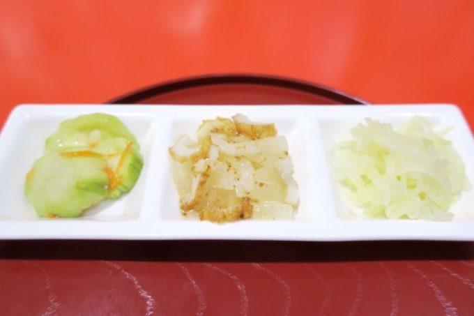 ヘルシーなおかずは3種類。へちまのピクルス、冬瓜とちくわのサラダ、パパイヤ。