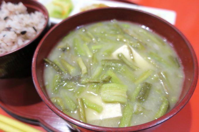 むじ汁とは、田芋の茎のお味噌汁のこと。