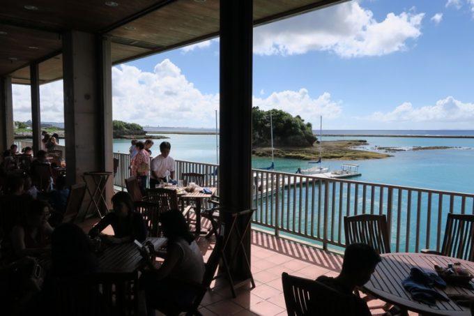 嘉手納「シーサイドリストランテ」のテラス席からは海が見える。