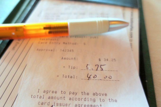 シーサイドリストランテでカード払いするときは、チップもお会計に含める。