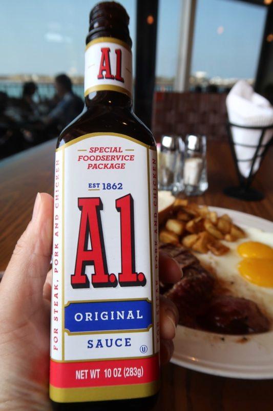 嘉手納「シーサイド」フラットアイロンステーキにA1ソースをかけて食べる。