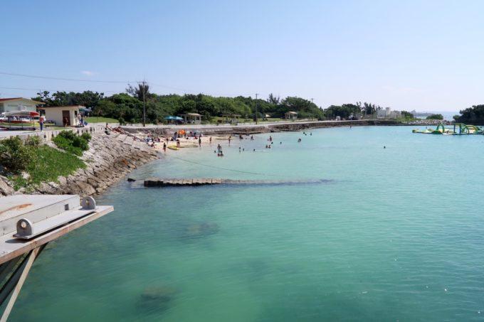 嘉手納「シーサイド」横にあるビーチが見える。
